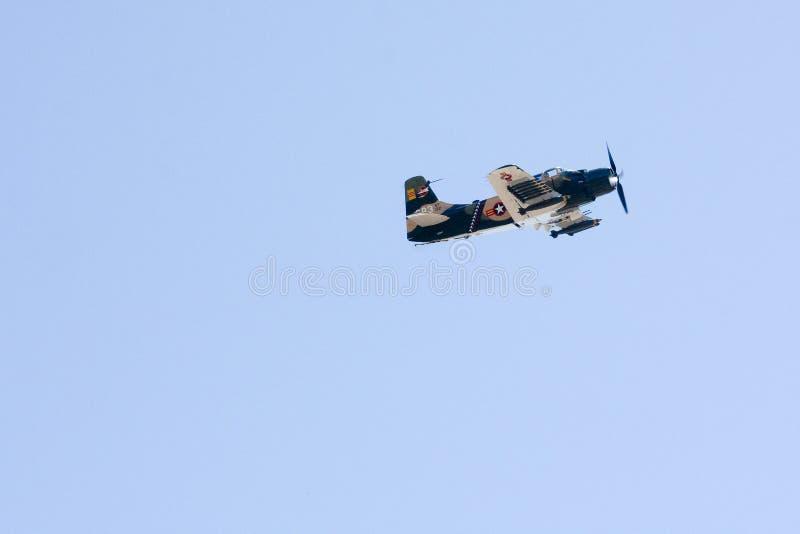 Avion de guerre de cru dans la fête aérienne photo stock