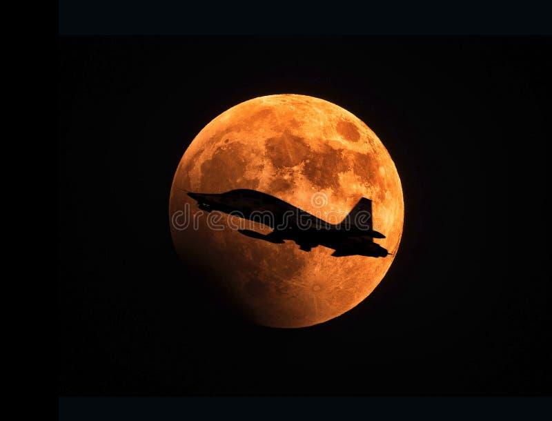 Avion de guerre et pleine lune photographie stock
