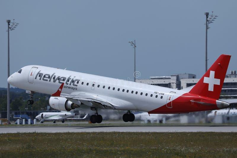 Avion de Helvetic Airways décollant de l'aéroport de Munich photographie stock