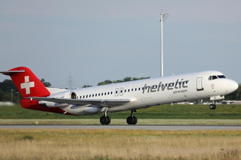 Avion de Helvetic Airways décollant de l'aéroport de Munich image libre de droits