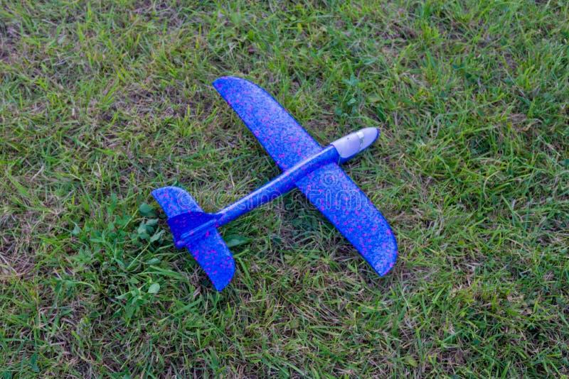 Avion de jouet sur l'herbe image stock