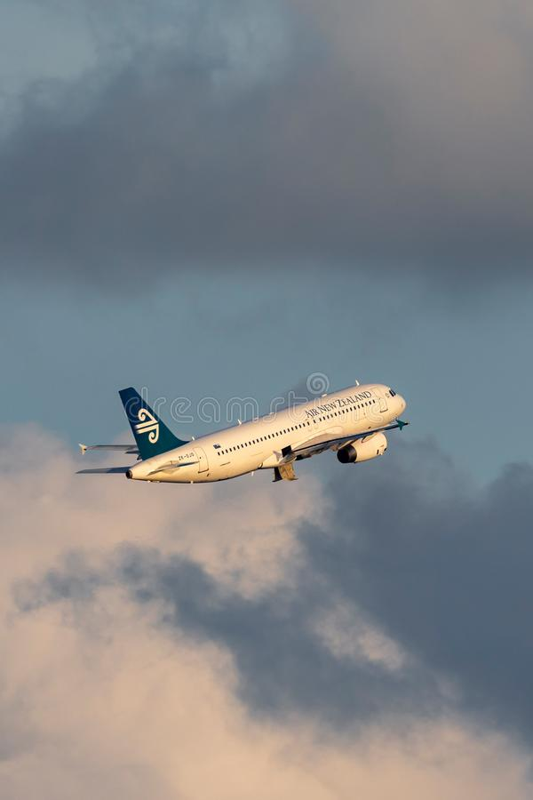 Avion de ligne commerciale bimotrice d'Air New Zealand Airbus A320 décollant de Sydney Airport image libre de droits