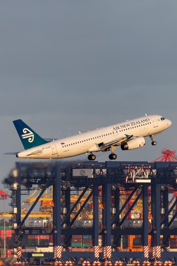 Avion de ligne commerciale bimotrice d'Air New Zealand Airbus A320 décollant de Sydney Airport images stock