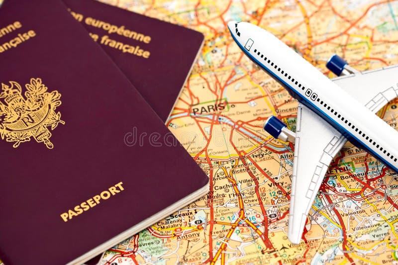 Avion de ligne, passeports et carte de Paris image stock