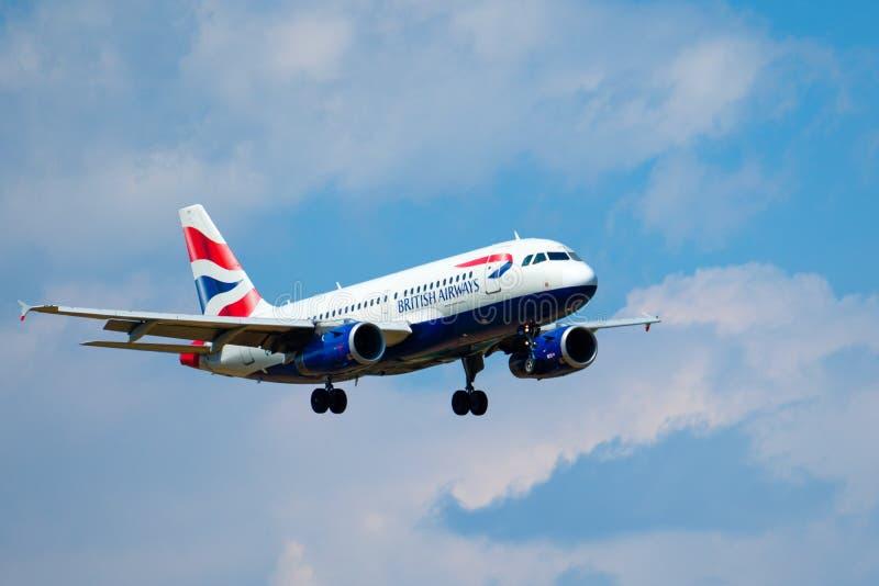 Avion de lignes aériennes de British Airways se préparant au débarquement au temps de jour dans l'aéroport international photo libre de droits