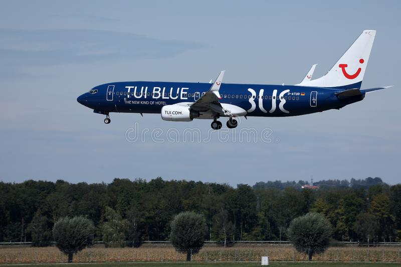 Avion de livr?e de TUI Airways Blue volant dans le ciel bleu images stock