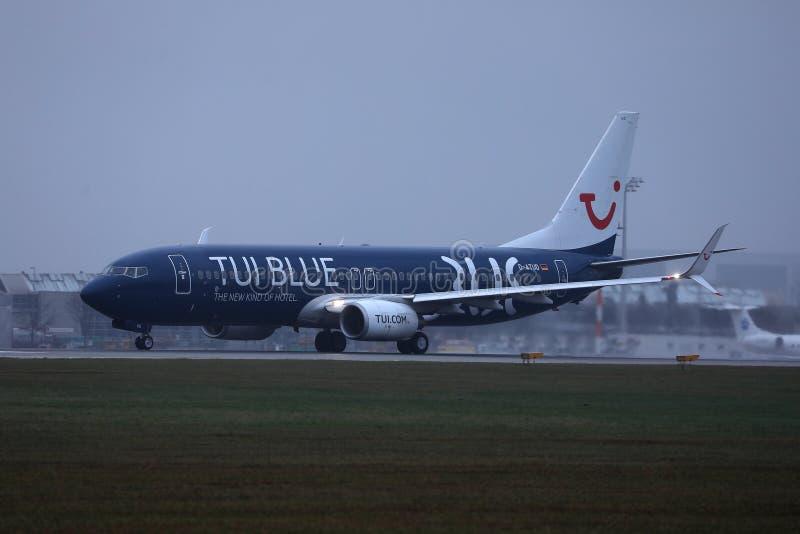 Avion de livr?e de TUI Airways Blue volant dans le ciel bleu photographie stock