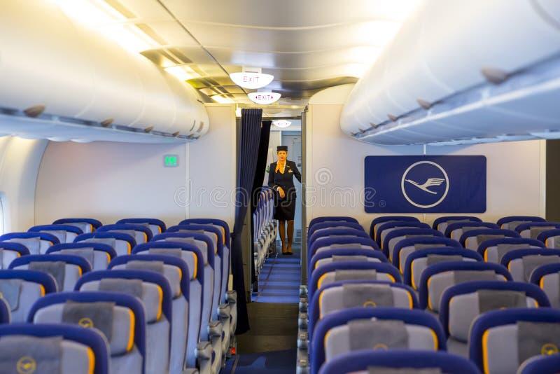 Avion de Lufthansa Airbus A380 à l'intérieur d'hôtesse image libre de droits