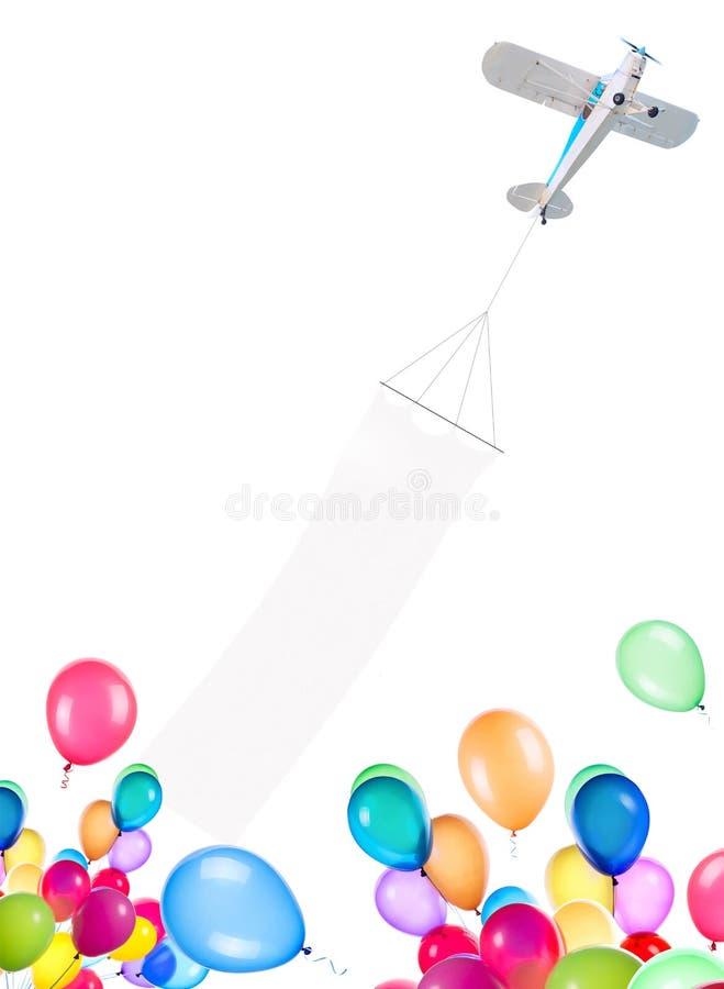 Avion de moteur simple avec la bannière et les ballons photographie stock libre de droits