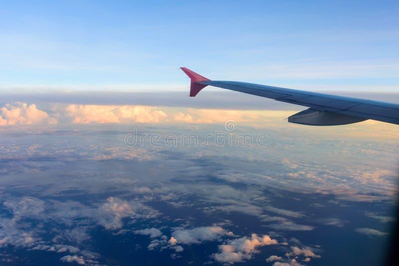 Avion de nuage de vue de ciel regardant hors de la fenêtre plate images stock