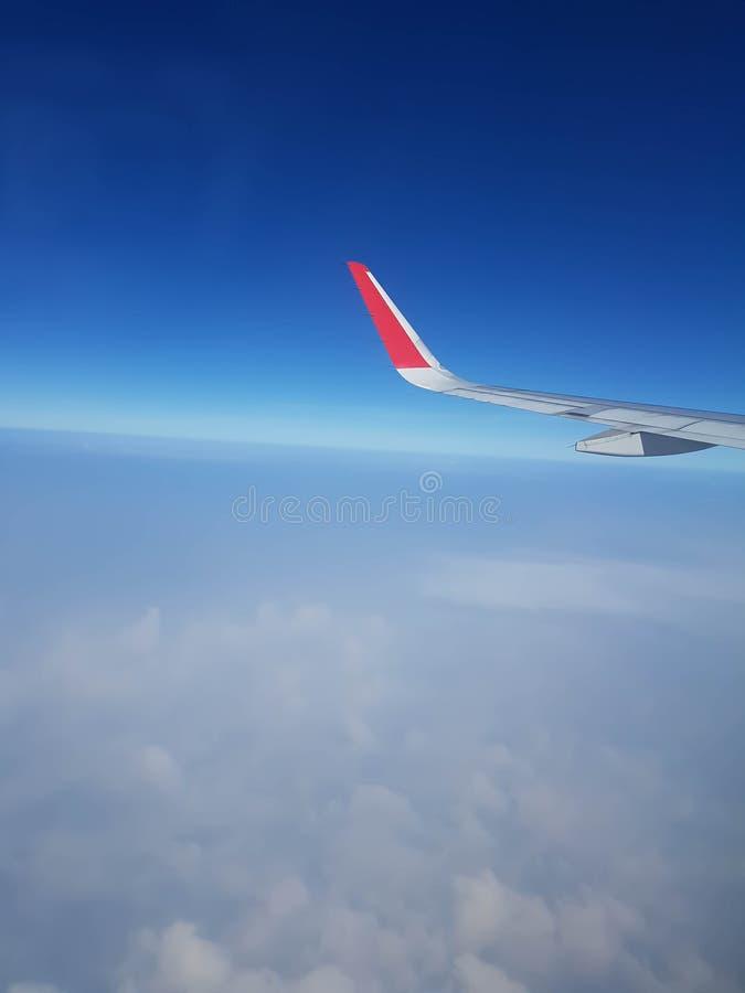 Avion de nuages, de ciel et d'aile photo stock