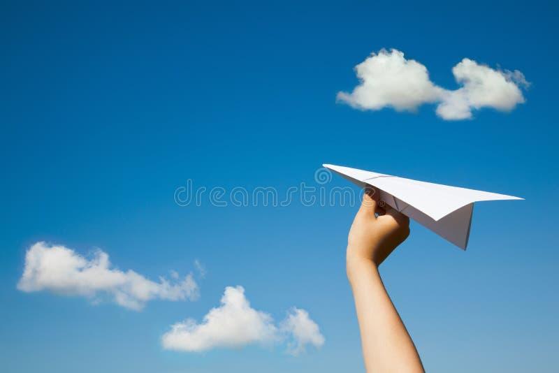 Avion de papier dans la main d'enfant images stock