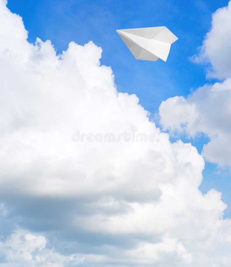 Avion de papier dans le ciel photos libres de droits