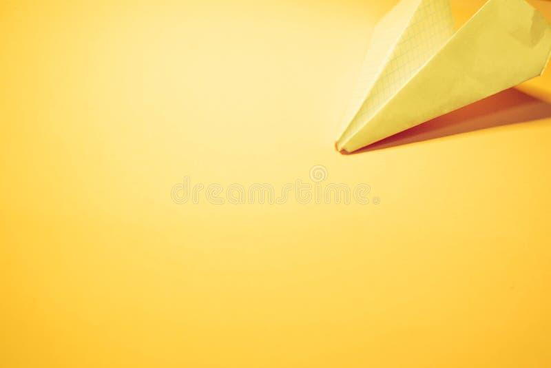 Avion de papier jaune photos stock