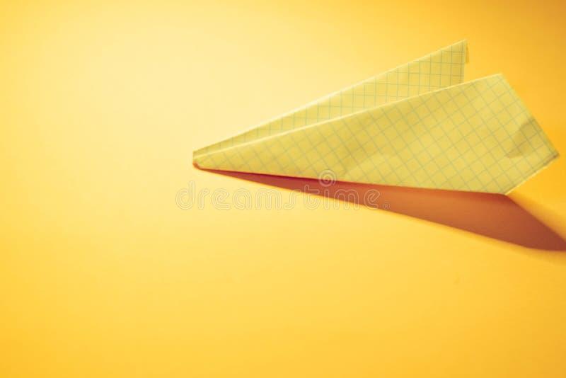 Avion de papier jaune photographie stock libre de droits
