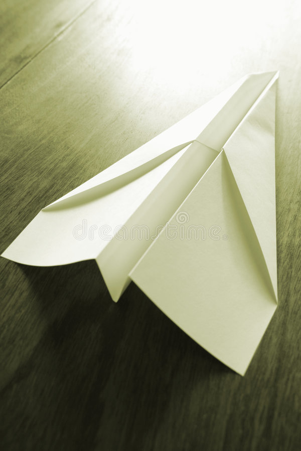 Avion de papier sur le bureau photographie stock