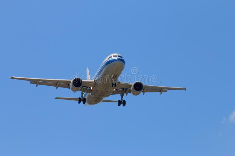Avion de passager décollant dans le ciel bleu photos stock