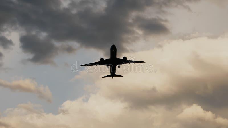 Avion de passager enlevant au coucher du soleil dans la perspective de l'les nuages très beaux image libre de droits