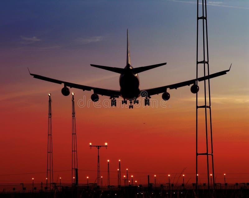 Avion de passager et projecteurs d'atterrissage images stock