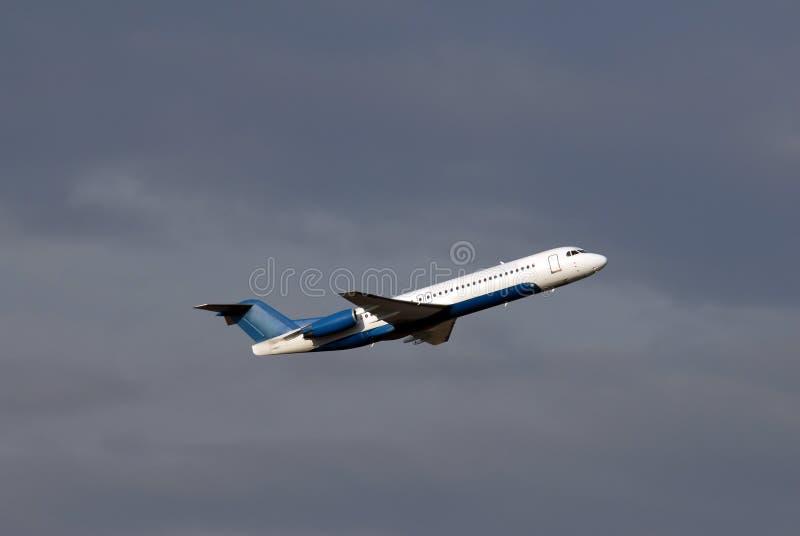 Avion de passager minutes après décollage photo stock