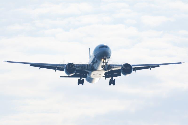 Avion de passager passe-bas sur le ciel photos libres de droits
