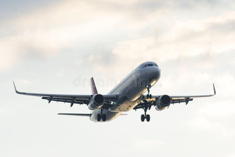 Avion de passager passe-bas sur le ciel photos stock