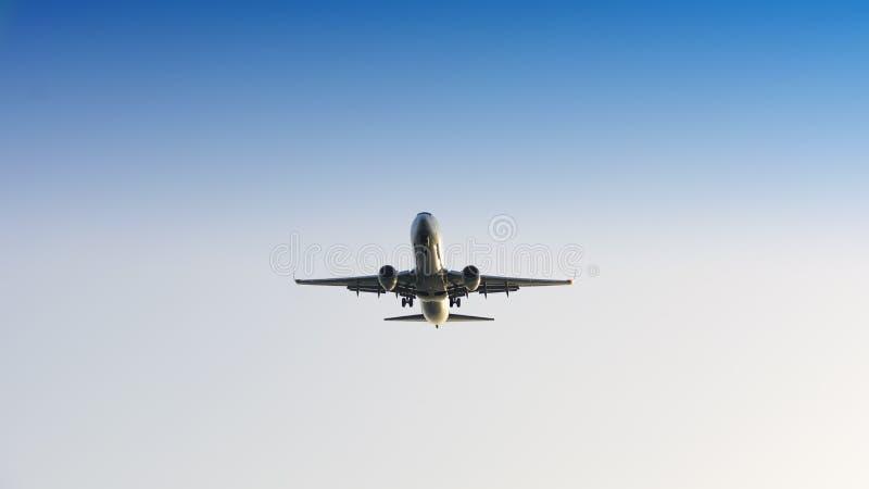 Avion de passager passe-bas sur le ciel photographie stock