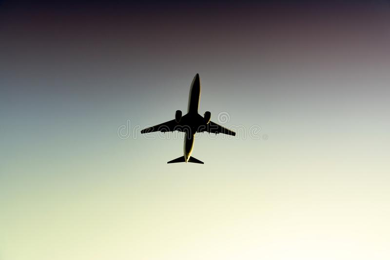 Avion de passager passe-bas sur le ciel image libre de droits