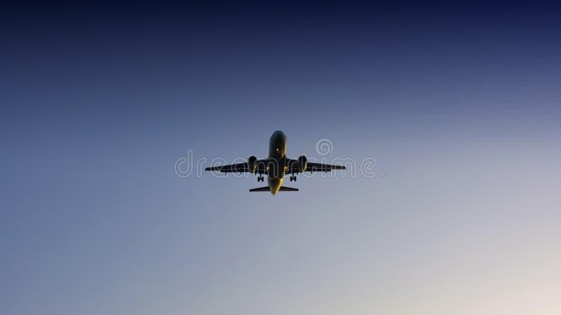 Avion de passager passe-bas sur le ciel photo stock