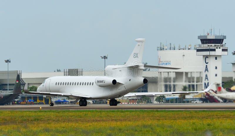 Avion de passager roulant au sol sur la piste de l'aéroport photographie stock