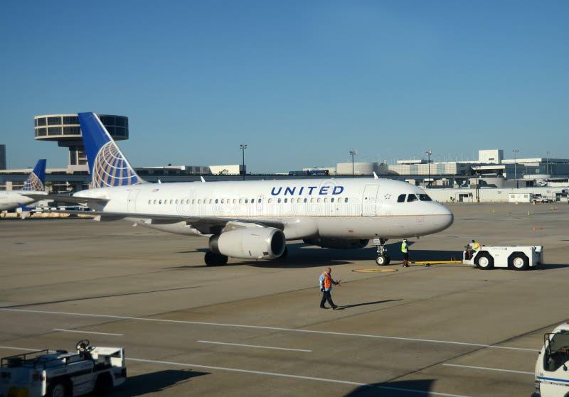 Avion de passagers d'United Airlines sur le terminal photographie stock