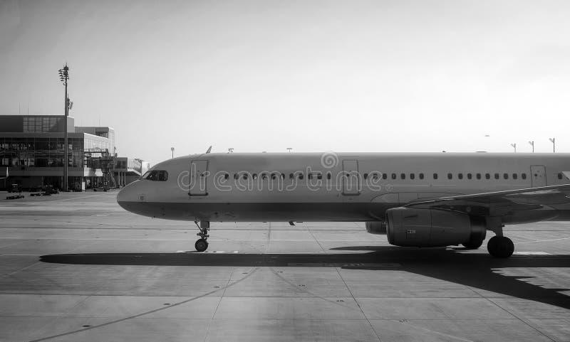 Avion de passagers se dirigeant à l'aéroport photographie stock libre de droits
