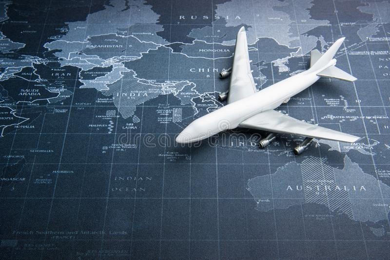 Avion de passagers sur la carte du monde Système de transport d'affaires image libre de droits
