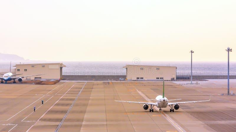 Avion de roulement sur le sol photo stock