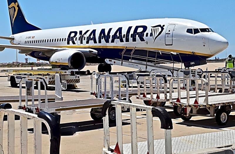 Avion de Ryanair ? un a?roport images libres de droits