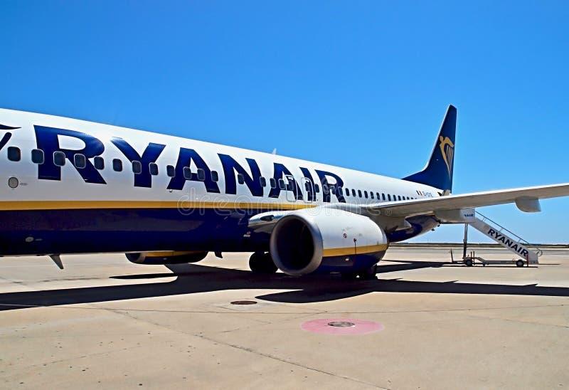 Avion de Ryanair ? un a?roport photo libre de droits