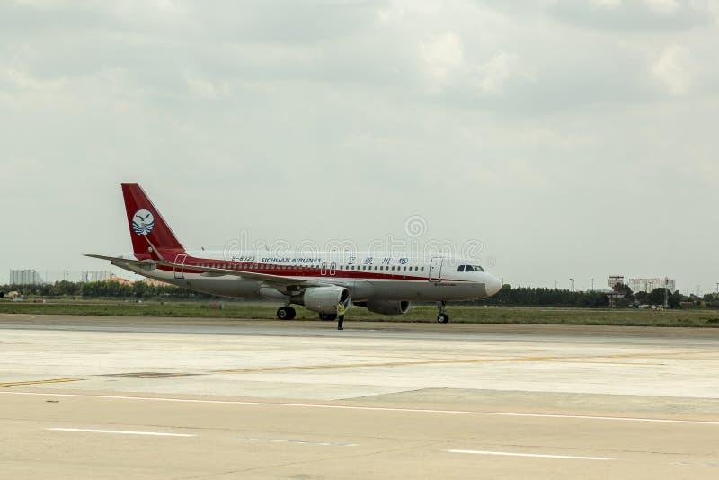 Avion de Sichuan Airlines de Chinois à l'aéroport photo stock