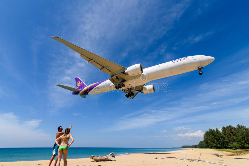 Avion de Thai Airways, Boeing 777, débarquant à l'aéroport de phuket photo libre de droits