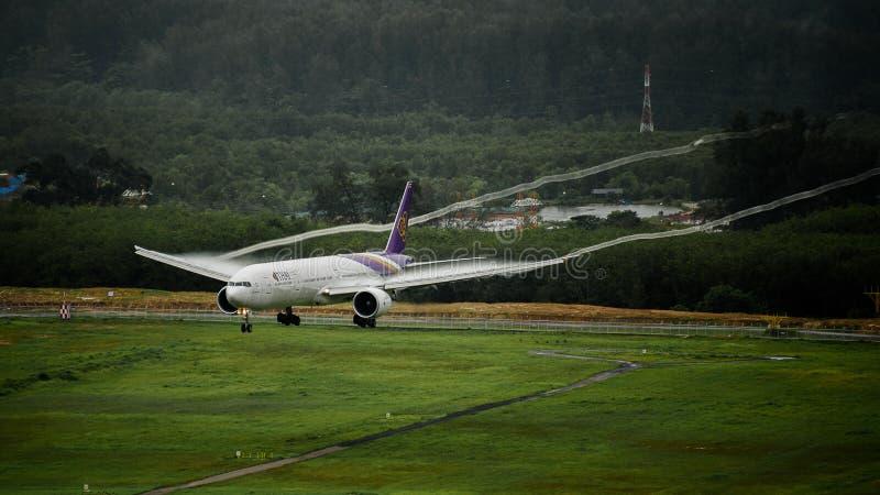 Avion de Thai Airways, Boeing 777-300, débarquant à l'airp de phuket photographie stock