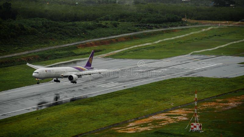 Avion de Thai Airways, Boeing 777-300, débarquant à l'airp de phuket images libres de droits