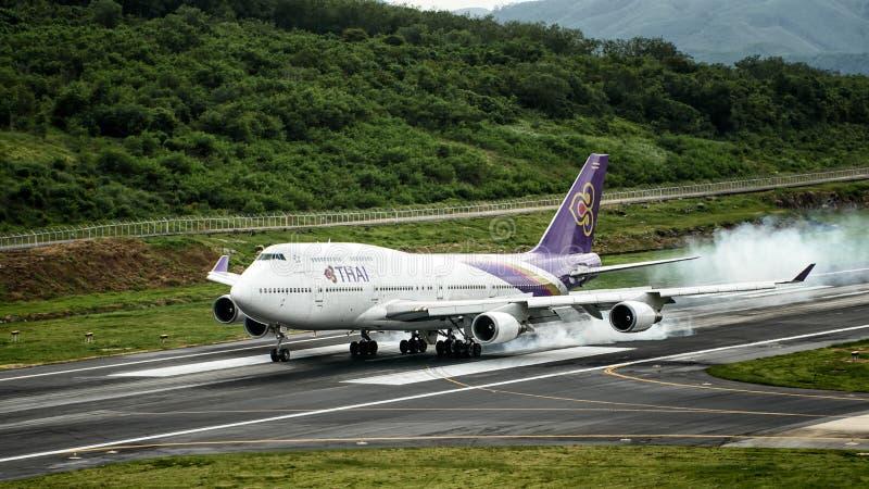 Avion de Thai Airways, Boeing 747-400, débarquant à l'airpor de phuket photographie stock