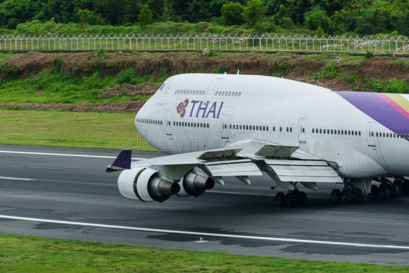 Avion de Thai Airways, Boeing 747-400, débarquant à l'airpor de phuket photo libre de droits