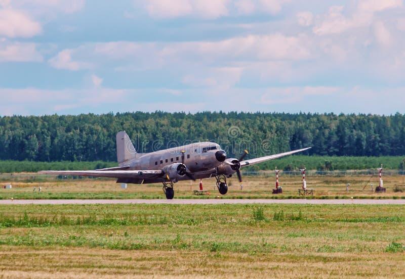 Avion de transport de C-47 du Dakota Douglas le vieil a embarqué sur la piste photos stock