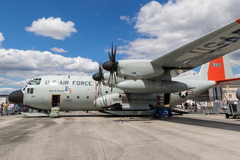 Avion de transport ski-équipé par Armée de l'Air des Etats-Unis de LC-130H Hercule images stock