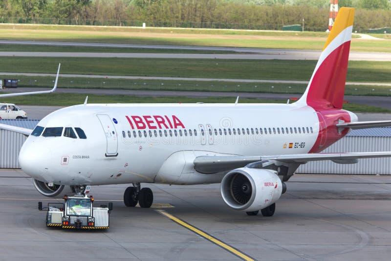 Avion de voies aériennes d'Ibérie à l'aéroport Hongrie de Budapest images stock