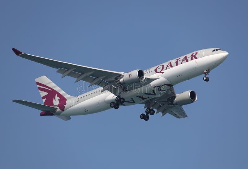 Avion de voies aériennes du Qatar images stock