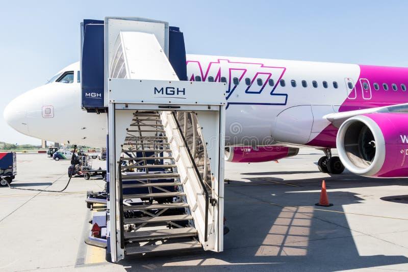 Avion de Wizz Air dans l'aéroport international de Skopje image libre de droits