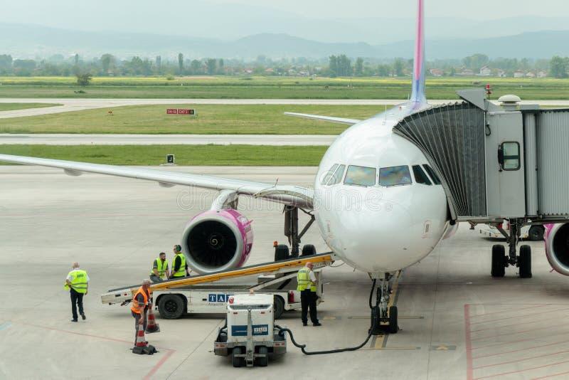 Avion de Wizz Air dans l'aéroport international de Skopje photo libre de droits
