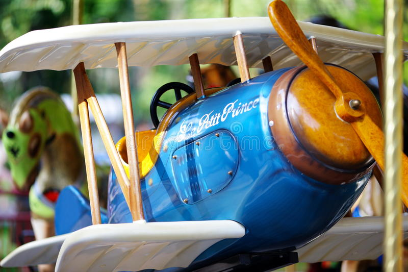 Avion du carrousel des enfants images stock