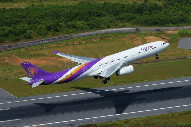 Avion du décollage de Thai Airways International Airbus A330 photographie stock libre de droits